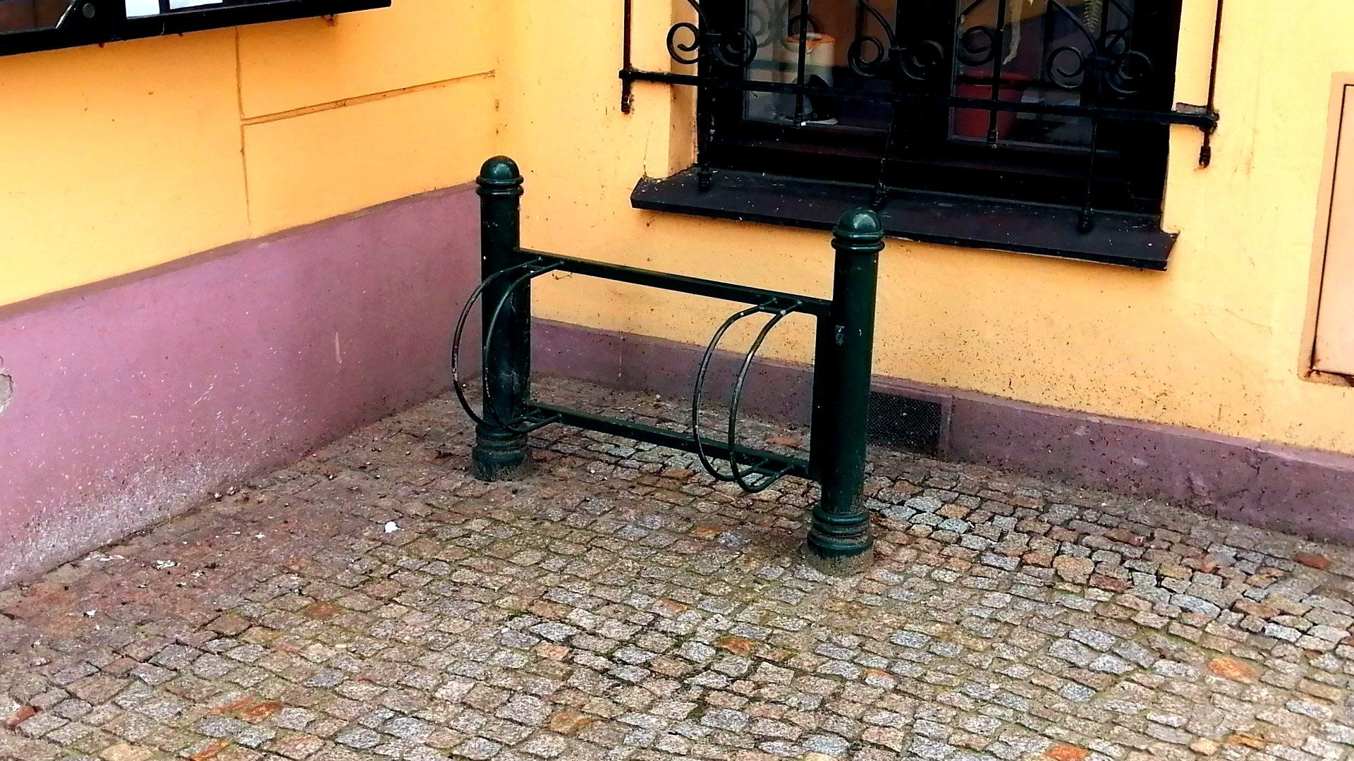 Stojak przy urzędzie miejskim