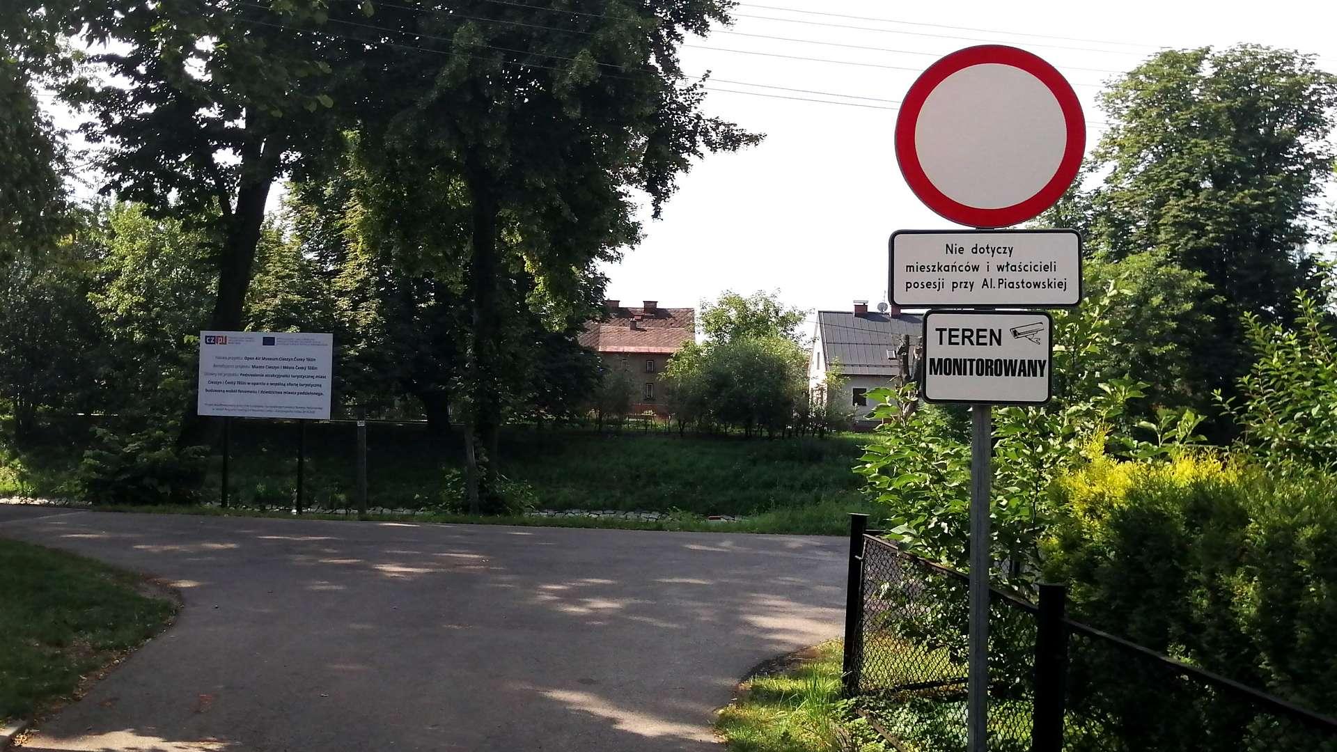 Wjazd na ścieżkę rowerową przy alei Piastowskiej.