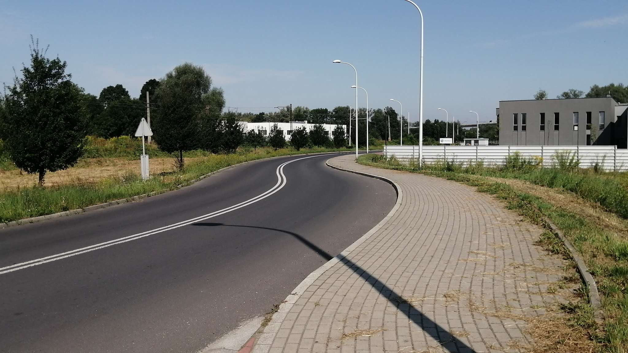 Na ul. Łącznej jest szeroki i słabo użytkowany chodnik, który miał być (lub był) również dopuszczony do użytku przez rowerzystów.