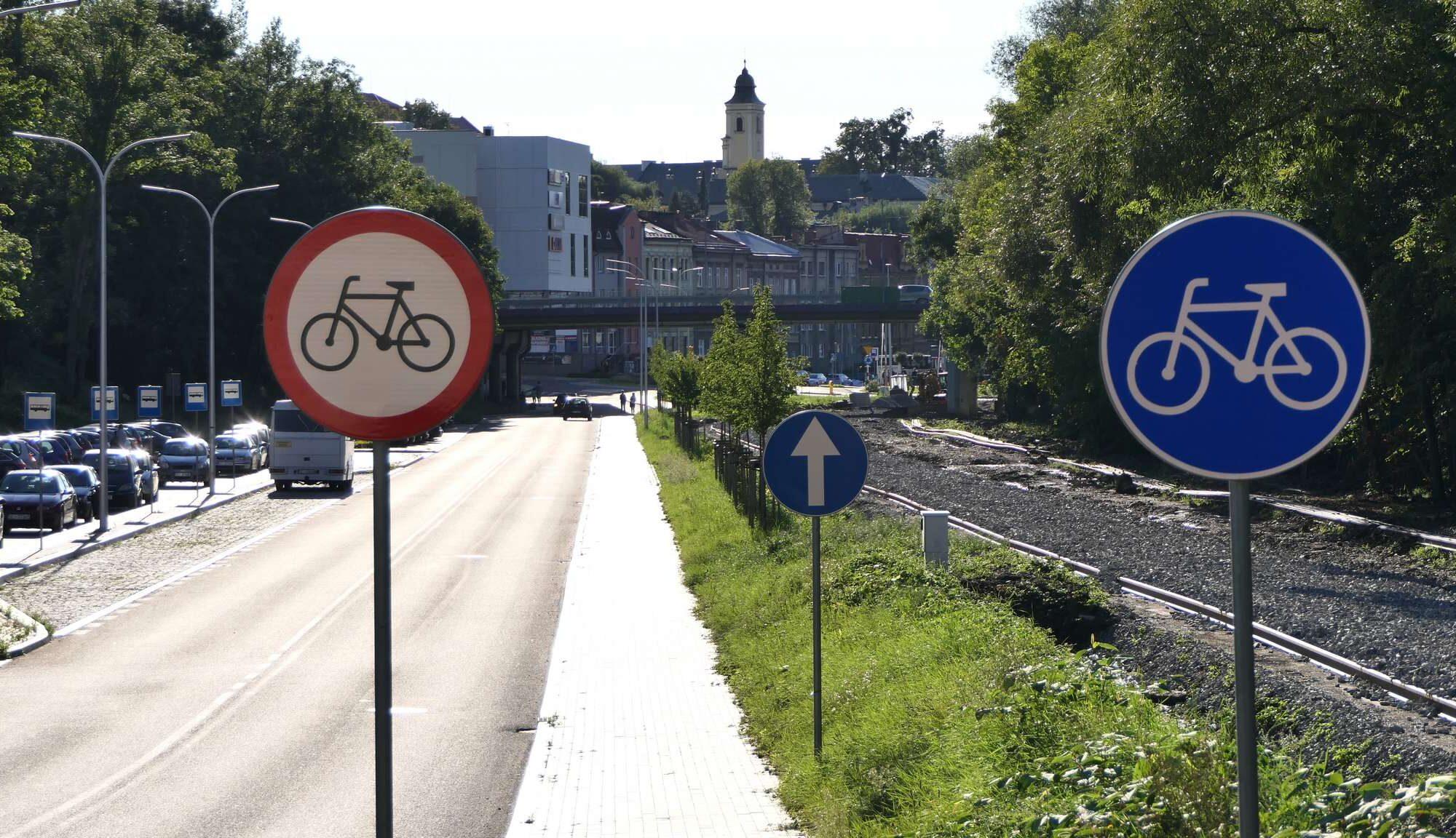 Początek drogi rowerowej na ul. RNŚC w pobliżu Urzędu Celnego.