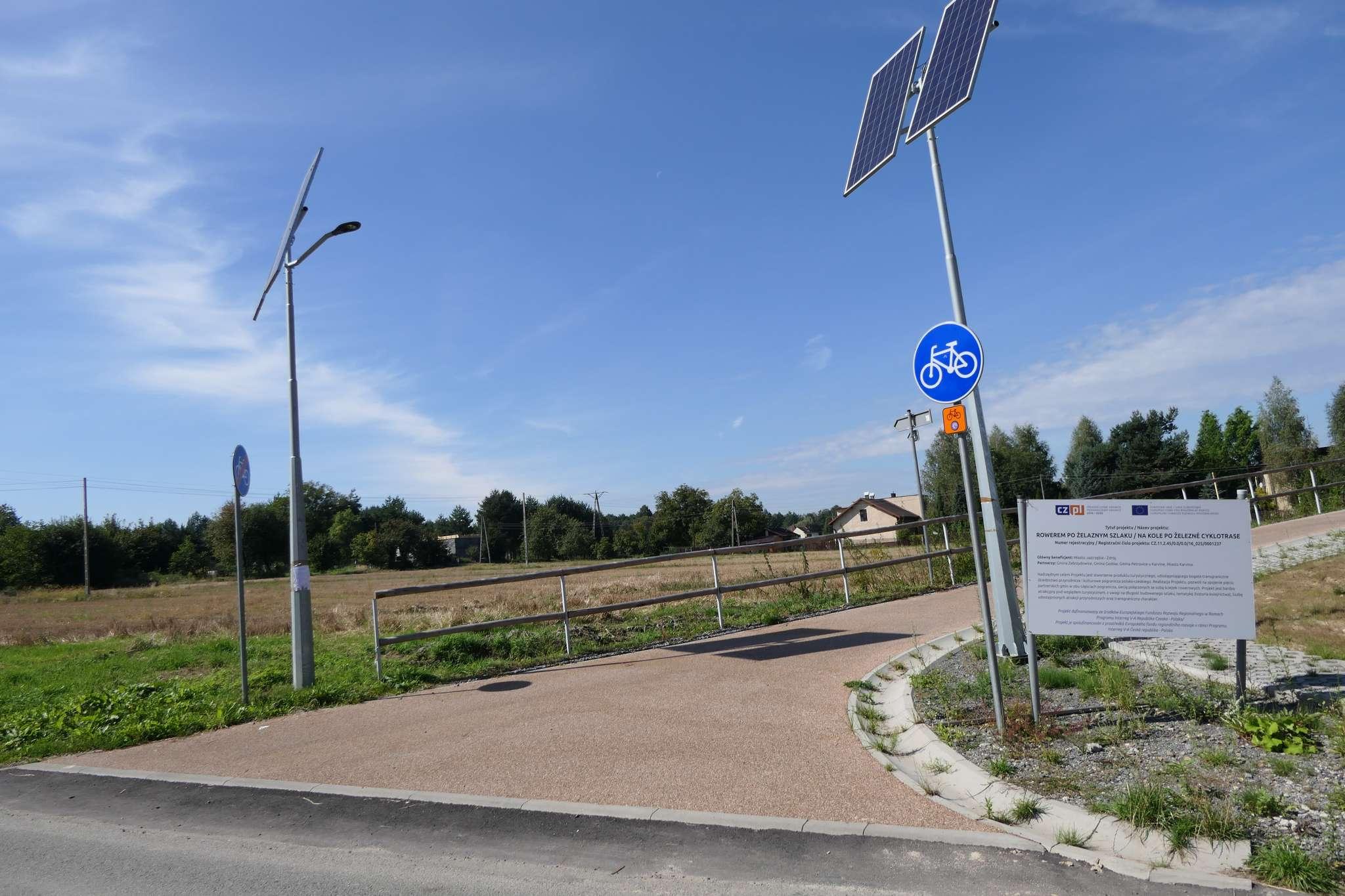 Wjazd na Żelazny Szlak w dzielnicy Skotnica w Zebrzydowicach.Niestety w pobliżu brak parkingu, na którym można by pozostawić samochód.
