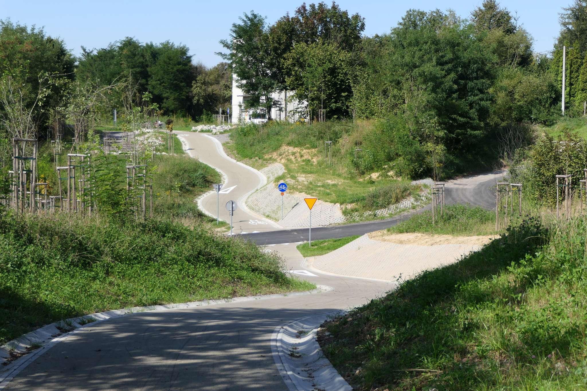 """Bardzo odczuwalny jest brak zezłomowanych wiaduktów - trzeba pokonywać """"doliny"""", których najniższy punkt przecinają drogi z pierwszeństwem przejazdu."""