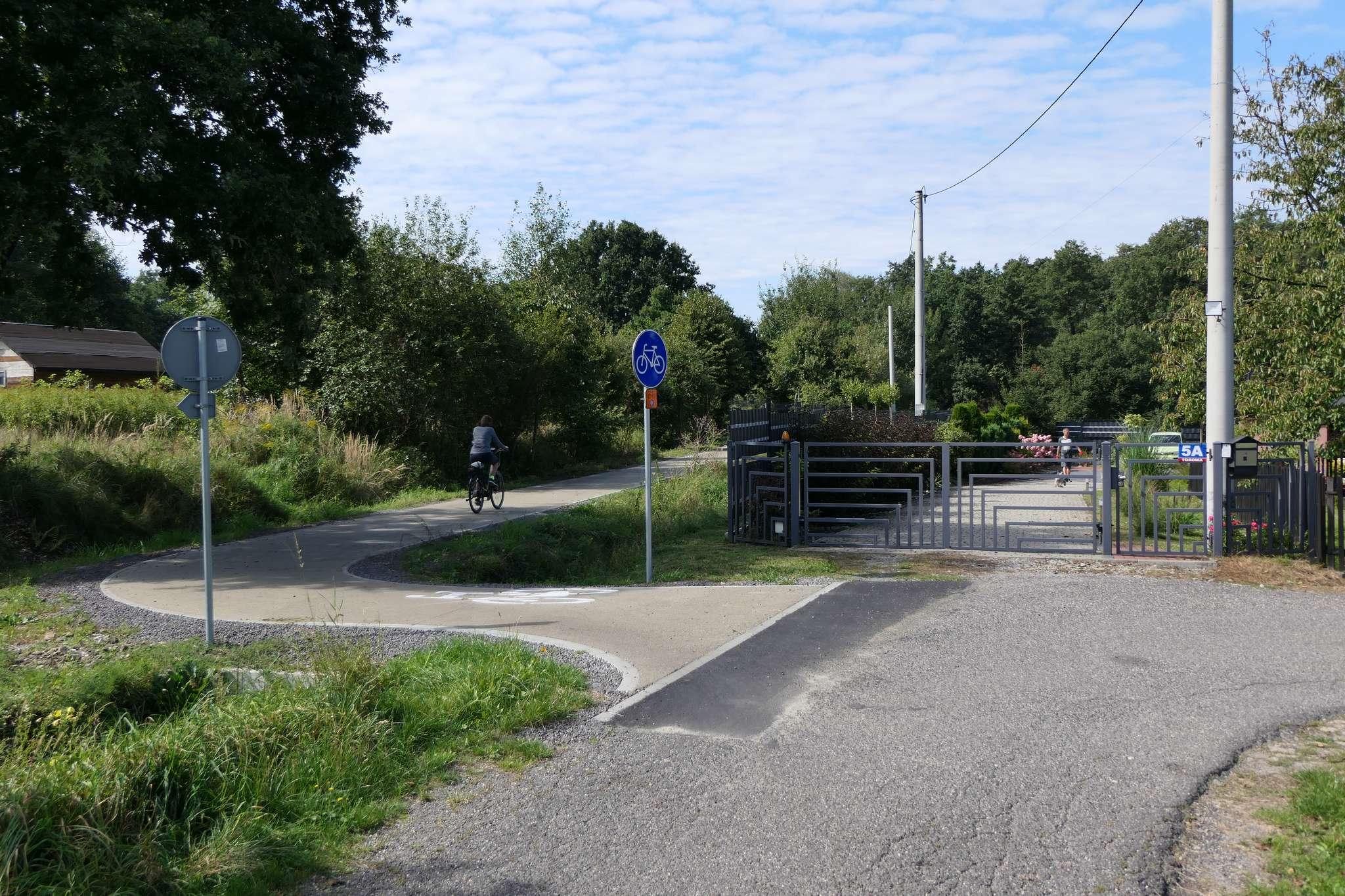 """Niewygodny """"bypass"""" torowiska z wykorzystaniem ul. Torowej. Chyba tylko po to, żeby pokazać rowerzystom jak wcześniej wyglądało torowisko."""