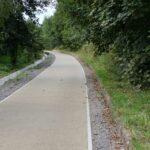 Uważni rowerzyści zauważą pozostałości dawnych peronów.