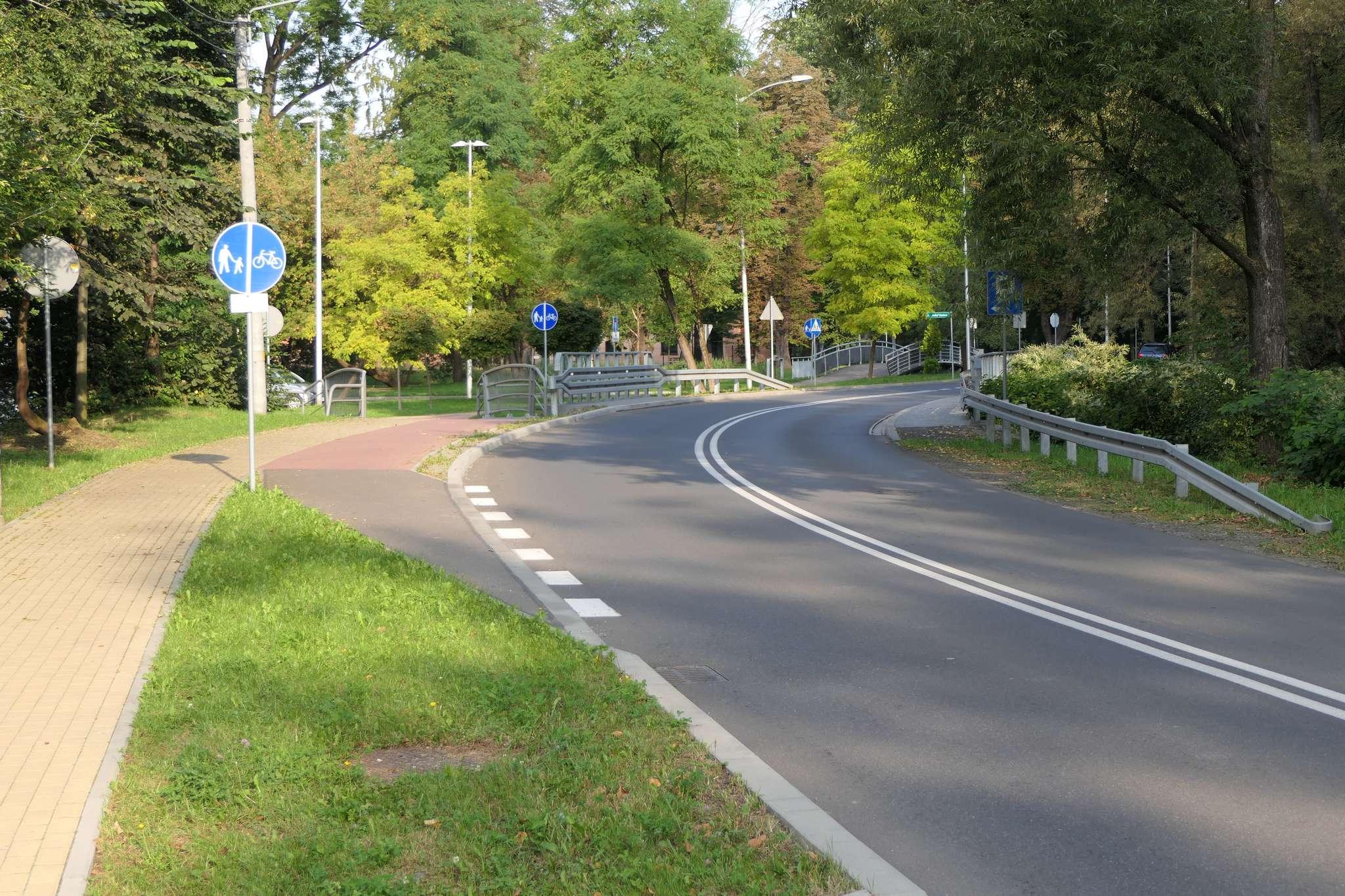 """Wjazd na drogę rowerową przy al. Łyska od strony Puńcowa jest teoretycznie niezgodny z przepisami, bo trzeba przeciąć podwójną ciągłą. Z drugiej strony zmusza nas do tego znak nakazu C-13 (""""droga dla rowerów""""). Dodatkowym zagrożeniem jest słaba widoczność na zakręcie."""