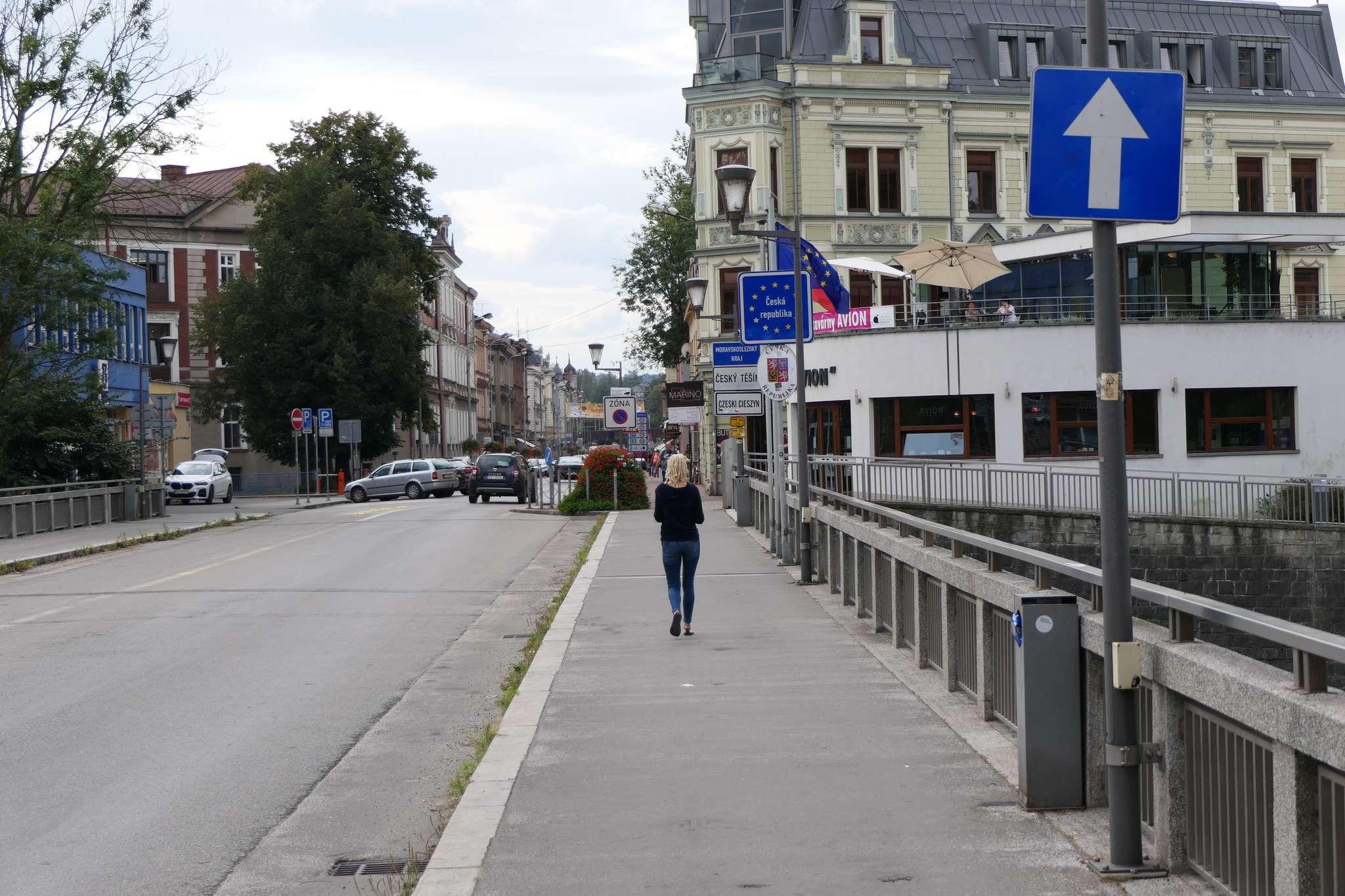 """Na moście Przyjaźni mimo upływu 4 lat wciąż brak tabliczki """"Nie dotyczy rowerów"""" o znakiem """"droga jednokierunkowa""""."""