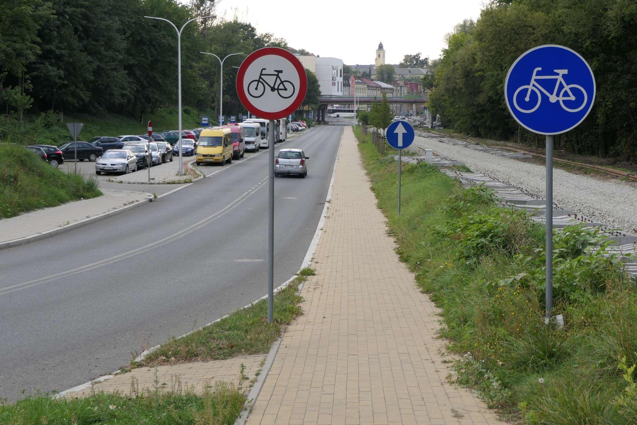 Początek drogi rowerowej na ul. RNKC w pobliżu Urzędu Celnego. Fatalnie wykonany wjazd na ścieżkę rowerową, która w tym miejscu kończy się ślepo. Jadąc w przeciwnym kierunku trzeba zjechać na drogę na zakręcie, jednocześnie przecinając podwójną ciągłą.