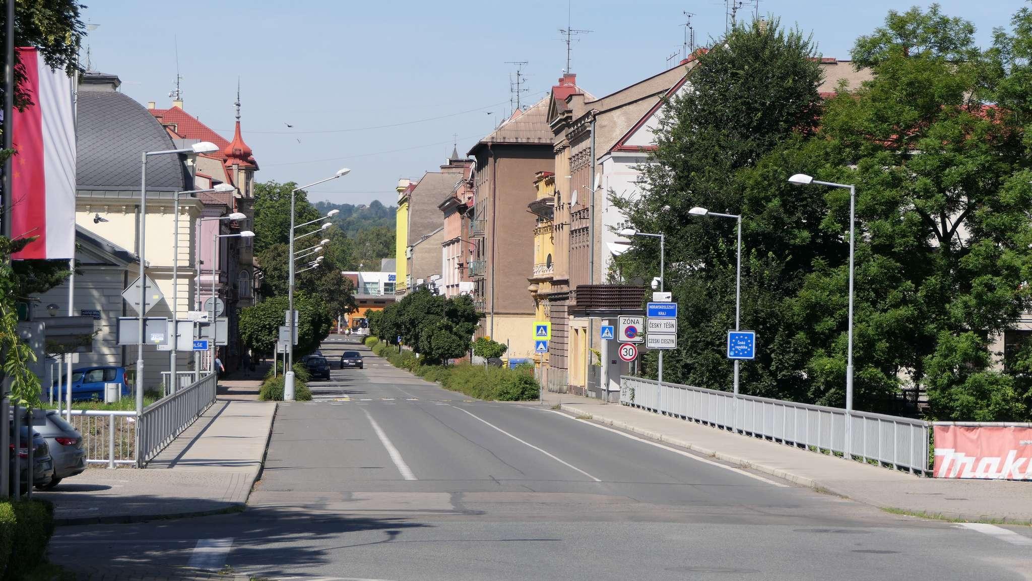 Most Wolności w Cieszynie. Lewy pas asfaltu widoczny na zdjęciu jest nieużytkowany i mógłby posłużyć nawet jako dwukierunkowa DDR.