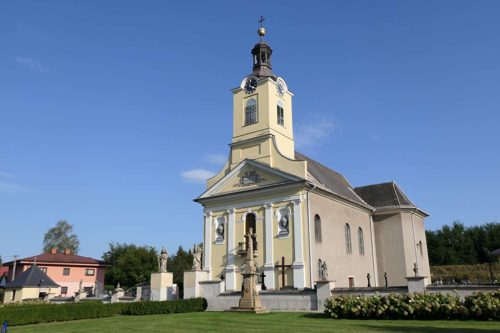 Kościół w Ropicy szczególnie pięknie prezentuje się w popołudniowym słońcu.