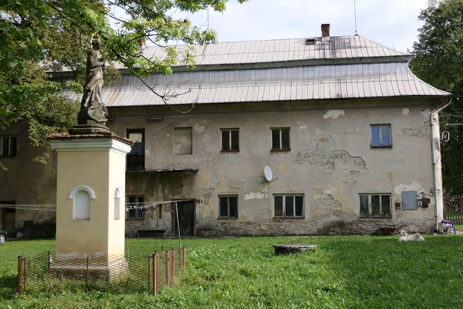 Nieodrestaurowana jeszcze część pałacu w Ropicy. O strzyżenie trawnika póki co dbają pasące się swobodnie kozy.