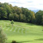 Pole golfowe w Ropicy zachwyca idealnie przystrzyżonymi trawnikami.