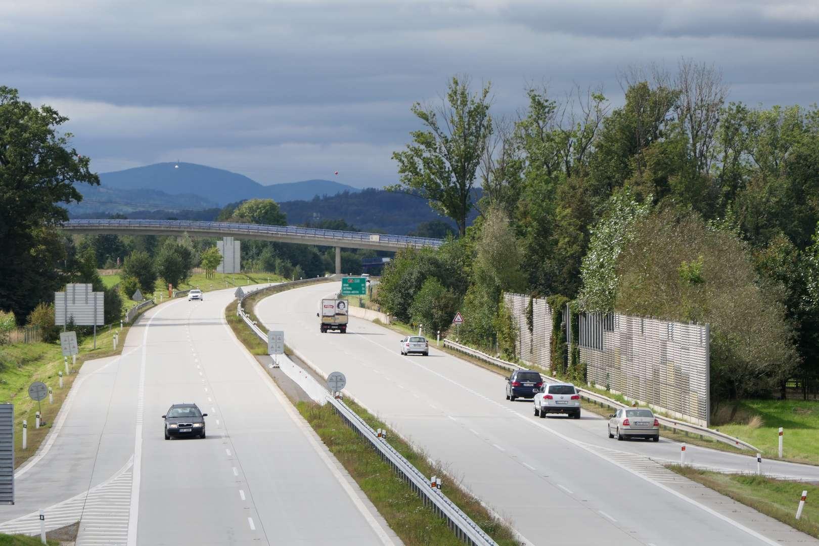 Wiadukt to dobry punkt, by przez chwilę poobserwować pędzące betonówką samochody.