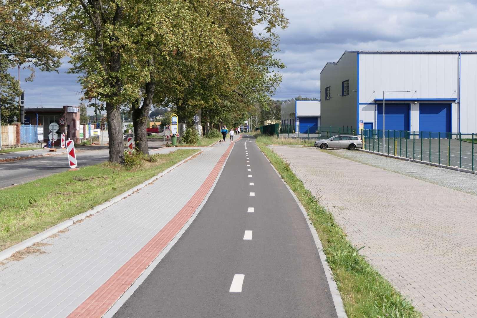 Asfaltowa, dwukierunkowa droga rowerowa wzdłuż ul. Lipowej w Czeskim Cieszynie. Pomarzyć.