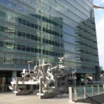 Futurystyczne rzeźby w opustoszałym przez weekend centrum międzynarodowym jeszcze bardziej pogłębiają wrażenie niesamowitości tego miejsca.