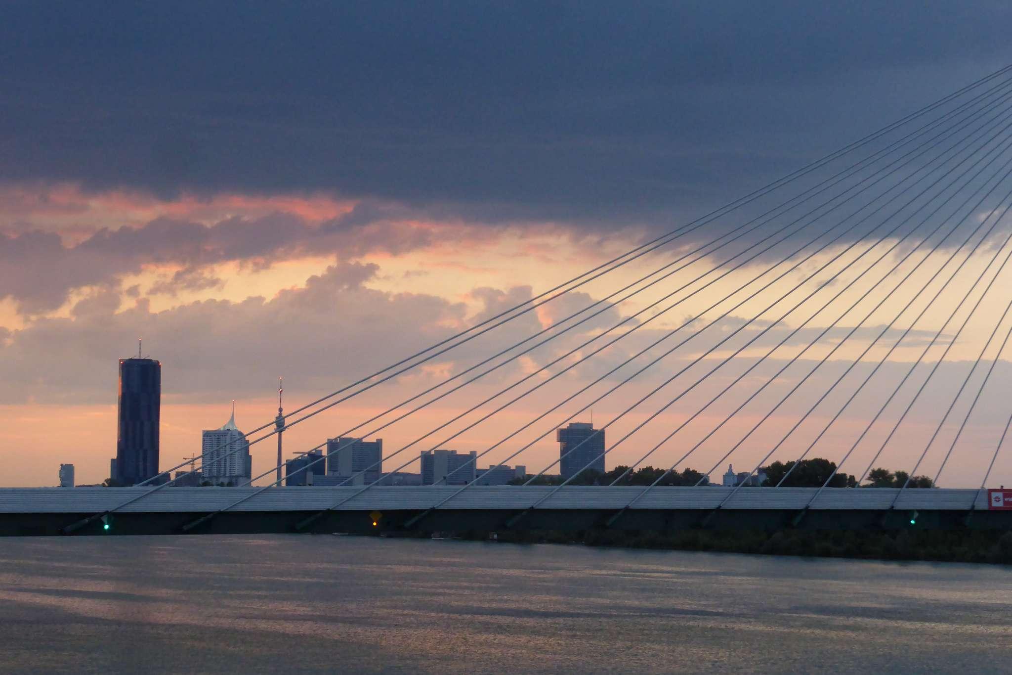 Widok na most kolejowy Donastadtbrücke z mostu Praterbrücke.