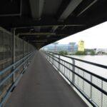 Droga rowerowa podwieszona pod mostem Praterbrücke.