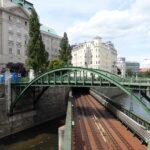 W centrum Wiednia na niewielkiej przestrzeni muszą się zmieścić drogi, tory kolejowe i kanały.