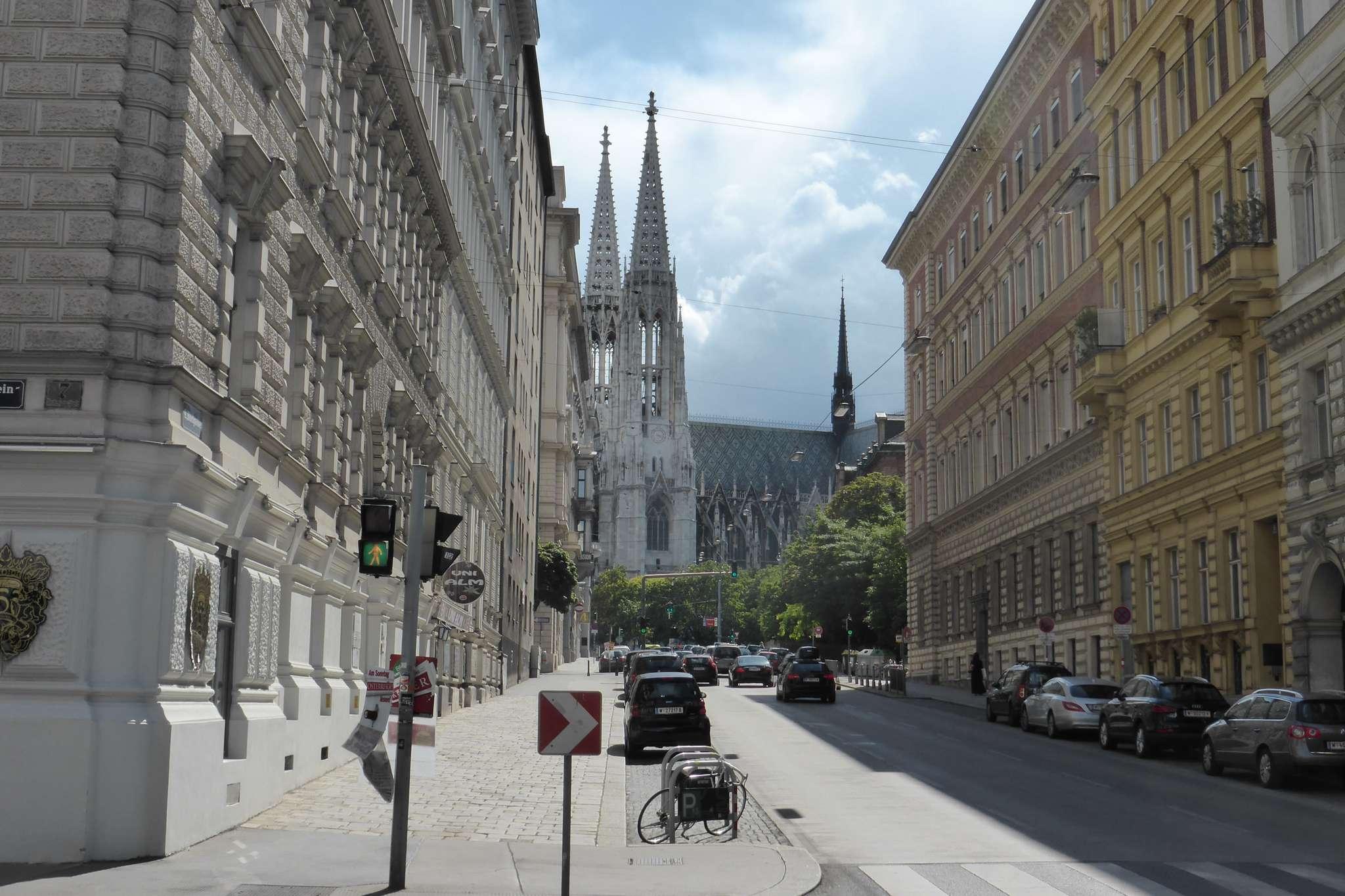 Katedra św. Stefana. Przy wielu parkingach samochodowych znajdziemy kilka miejsc na rowery.