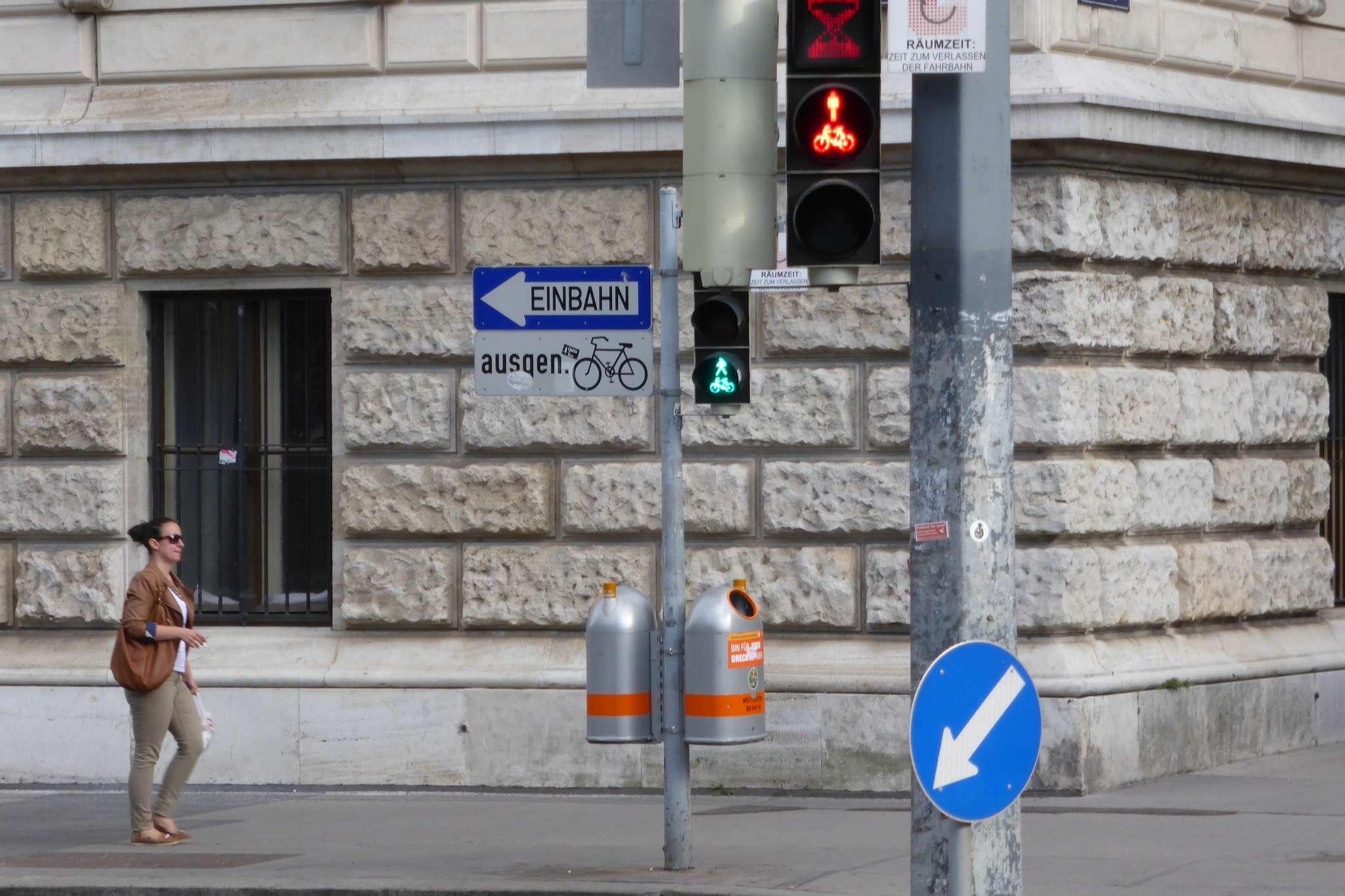Możliwość jazdy rowerem drogą jednokierunkową pod prąd to powszechnie stosowane rozwiązanie w Wiedniu.