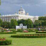 Pałac Schönbrunn w burzowej oprawie. W pałacowym parku nie pojeździmy rowerem, ale za to odpoczniemy wśród zieleni.