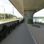 Wolne przestrzenie pod wiaduktami wzdłuż Dunaju zagospodarowano na drogi rowerowe.