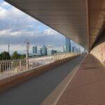 Droga rowerowa i chodnik pod mostem Reichsbrücke z widokiem na Donau City.