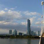 UNO City lub, jak kto woli, Donau City widziane z drogi rowerowej pod mostem Reichsbrücke.