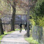 Do mostu kolejowego łączącego Cieszyn z Czeskim Cieszynem prowadzi wygodna i mało uczęszczana droga asfaltowa.