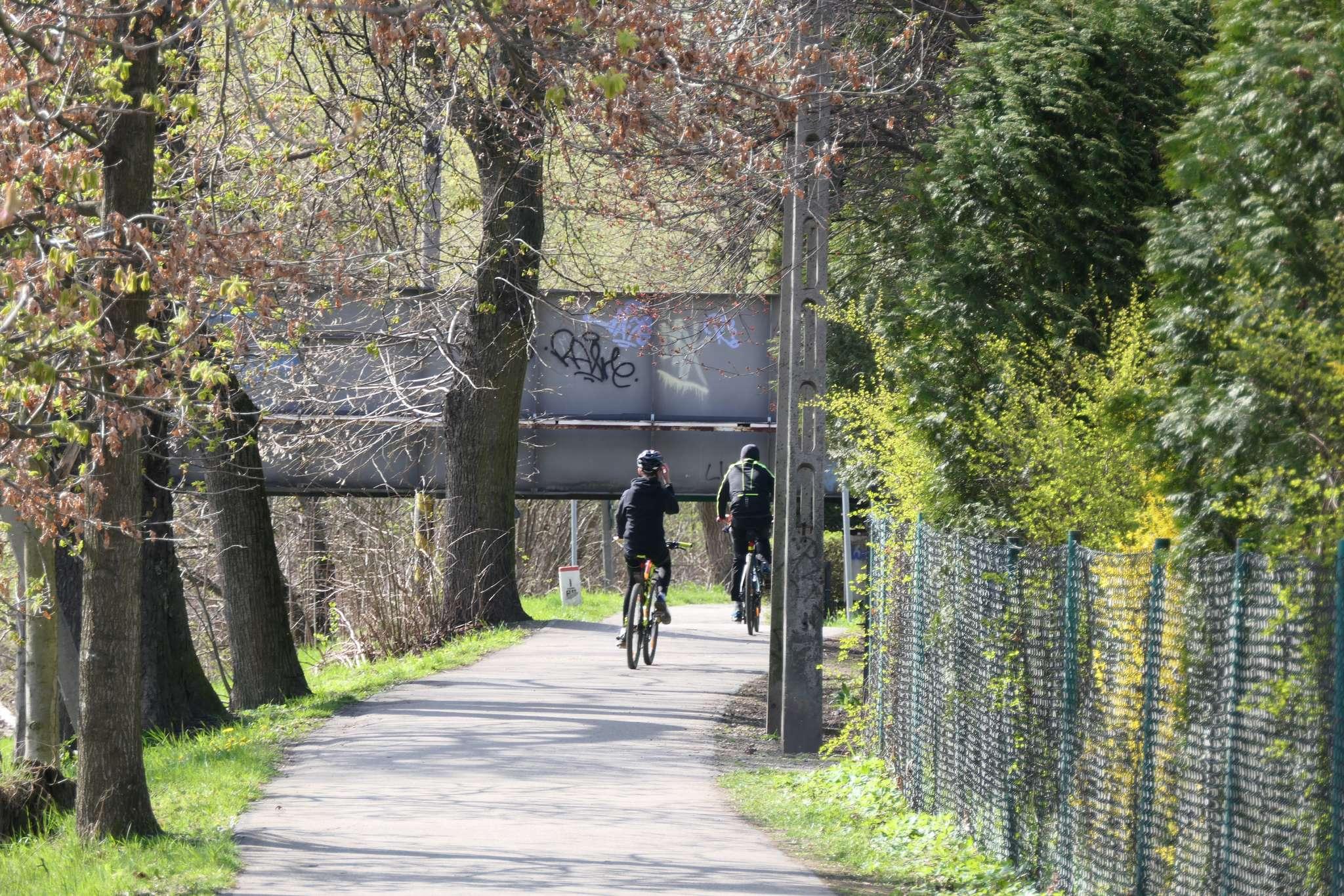 Do mostu kolejowego łączącego Cieszyn z Czeskim Cieszynem prowadzi wygodna i mało uczęszczana przez samochody aleja Piastowska, która następnie przechodzi w ulicę Mała Łąka. Warto wspomnieć, że swego czasu rozważano pomysł, aby wzdłuż mostu kolejowego poprowadzić kładkę dla rowerzystów - doczepienie takiej konstrukcji w stosunku do obciążeń, dla jakich zaprojektowano most, nie byłoby żadnym problemem.